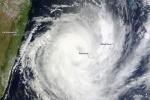 Cyclone Dumile au large de la Réunion.
